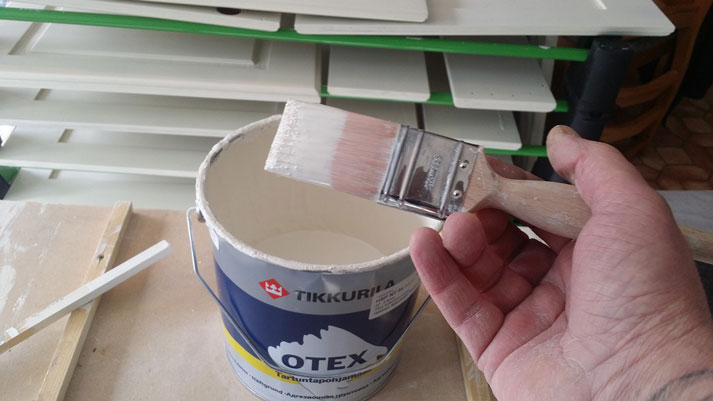 "Here I'm using the 1.5"" standard Fox brush in a solvent based adhesion"